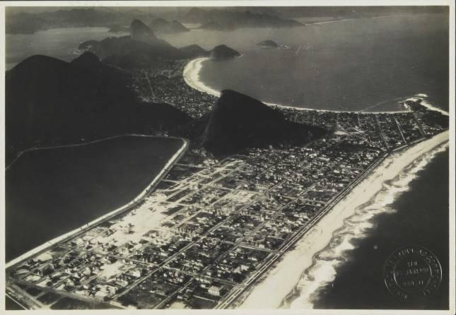 Praias de Ipanema e de Copacabana [Iconográfico] - BNDigital em: http://objdigital.bn.br/objdigital2/acervo_digital/div_iconografia/icon45366/icon45366.jpg
