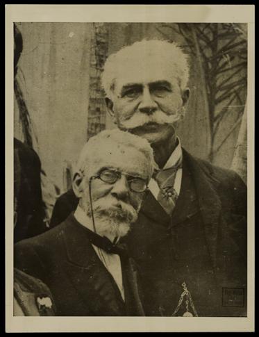 [Machado de Assis aos 67 anos com Joaquim Nabuco] - Malta, Augusto, 1864-1957